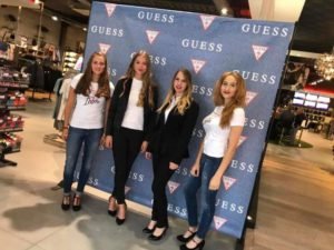 4 Frontline hostesses voor banner Guess - The Frontline Company - We Love Hospitality